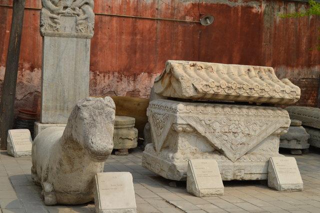 памятники буддийским монахам