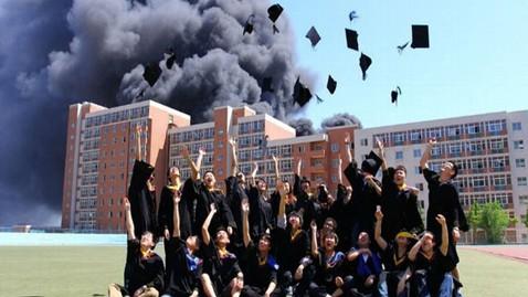 горящее общежитие китай